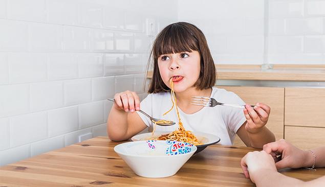 Si kecil wajib makan di meja makan