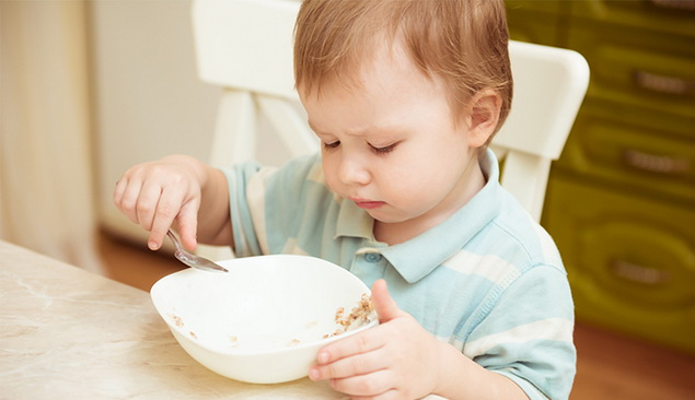 Peralatan makan harus sesuai dengan usia si kecil